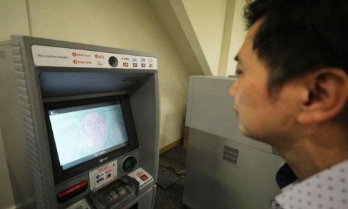 新加坡华侨银行在ATM机上使用人脸识别功能
