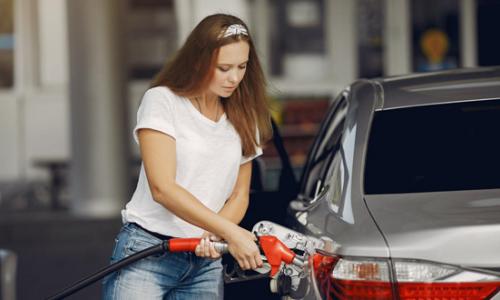 """为什么加油站员工,总是一松一紧捏油枪?这是在花样""""骗油""""?"""